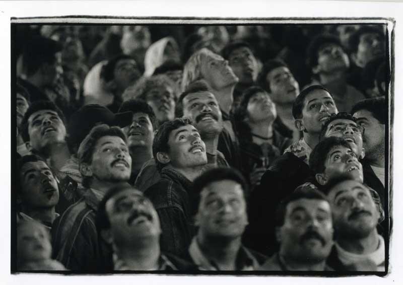 בית לחם. סגר שיגרתי כמדי יום העצמאות. על הפלסטינים נאסר לצאת לישראל, אך השמים אינם כלולים בצו. יופיים המרהיב של זיקוקי הדי נור מסלק מן התודעה לזמן מה את ההקשר הכפול של יום זה שבצד היהודי מסמן את יום העצמאות ובצד הפלסטיני את יום האסון (הנכבה).  צילום: אלדד רפאלי, 1995